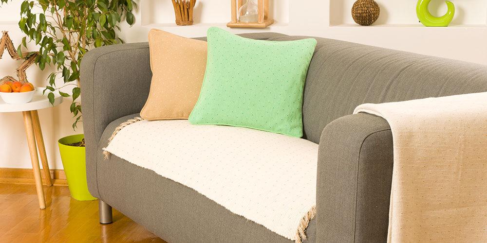 Svetla prostirka za krevet i jastucnice