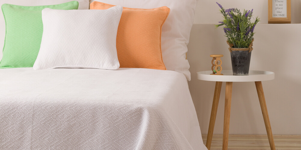 Beli prekrivac za krevet i jastucnice u raznim bojama