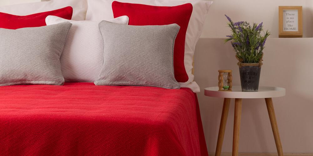 Crvena prostirka za krevet i jastucnice