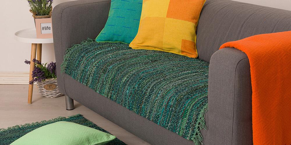 Zeleni kozni prekrivac za krevet sa jastucnicama