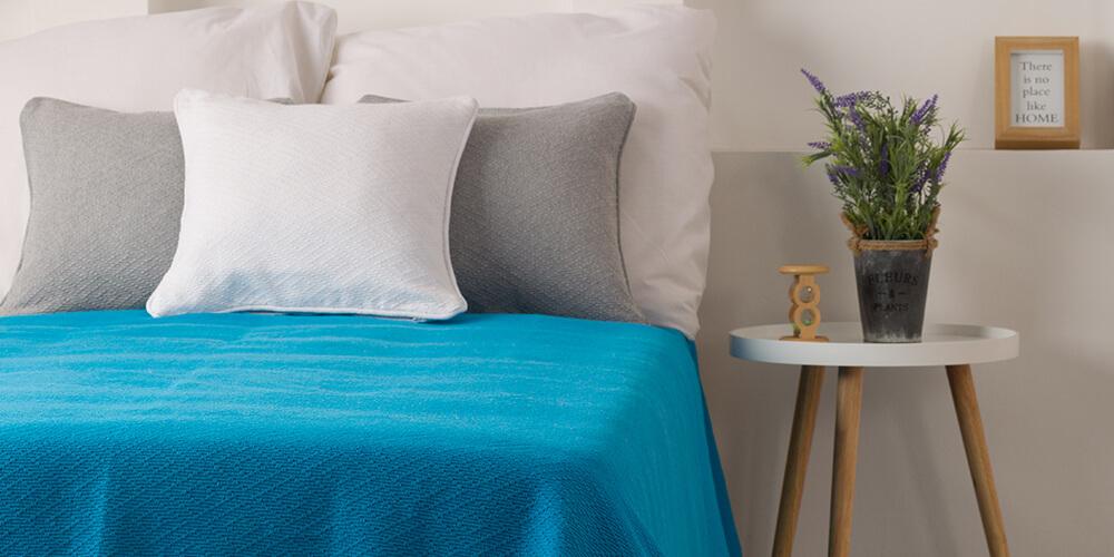 Plavi prekrivac za krevet sive i plave jastucnice